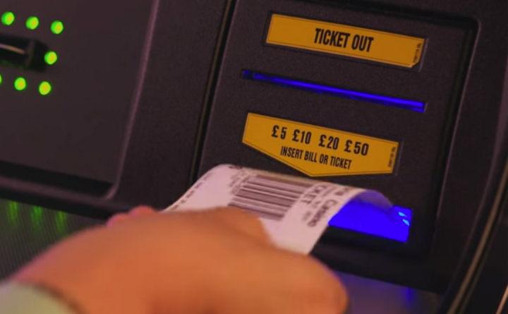 Внесение денег в игровой автомат в казино
